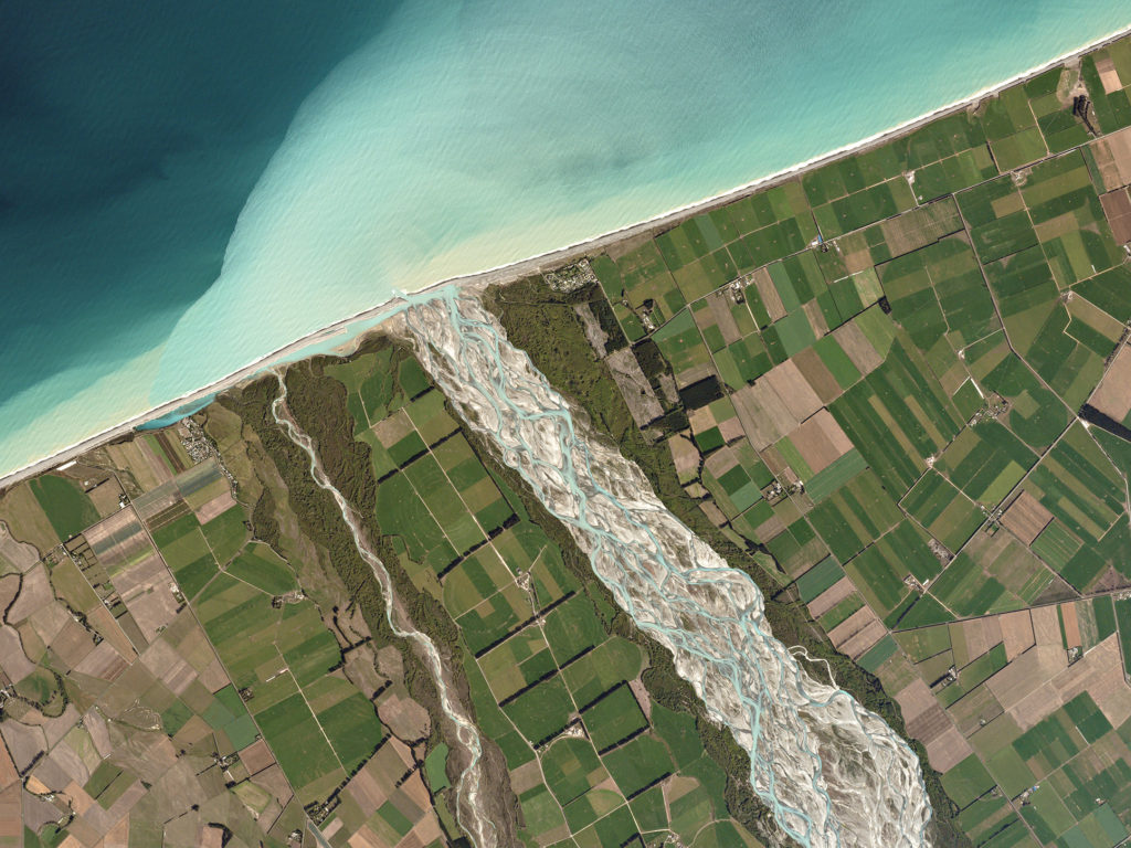 FIGURE 2. Canterbury, New Zealand. The Rakaia River carries glacial runoff through pastureland and into the Pacifc Ocean. Image: Planet Labs, captured March 26, 2016.